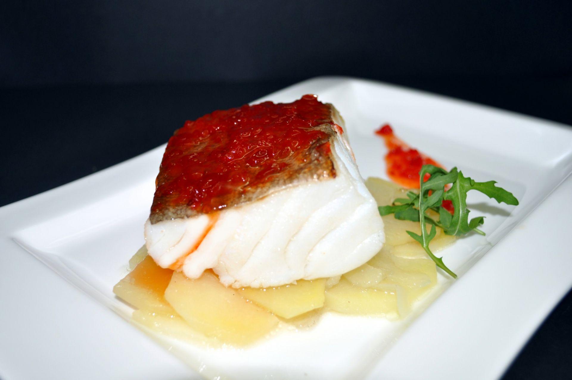 Bacallà al forn amb melmelada de pebrots vermells de la Fageda i llit de patata i ceba