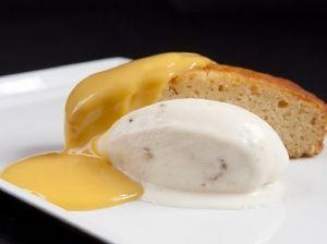 Gelat de vainilla i nous de macadàmia amb pa de pessic de caramel i fruita de la passió