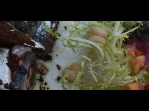Premsat de fesols de Sta.Pau, sardines i pebrot escalivat amb amanida i cruixent d'olives negres