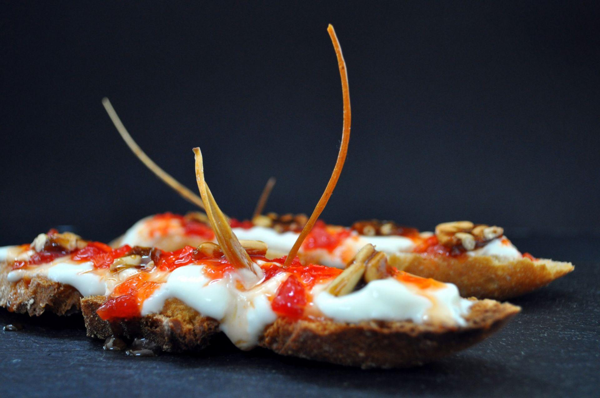 Torradeta de pa farro amb iogurt de La Fageda, melmelada de pebrot vermell i caramel de pinyons
