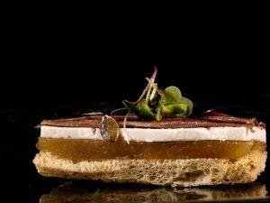 Amanida de torrada de farro de bianya, compota de poma de Girona, recuit de xerigot d'ovella i anxoves