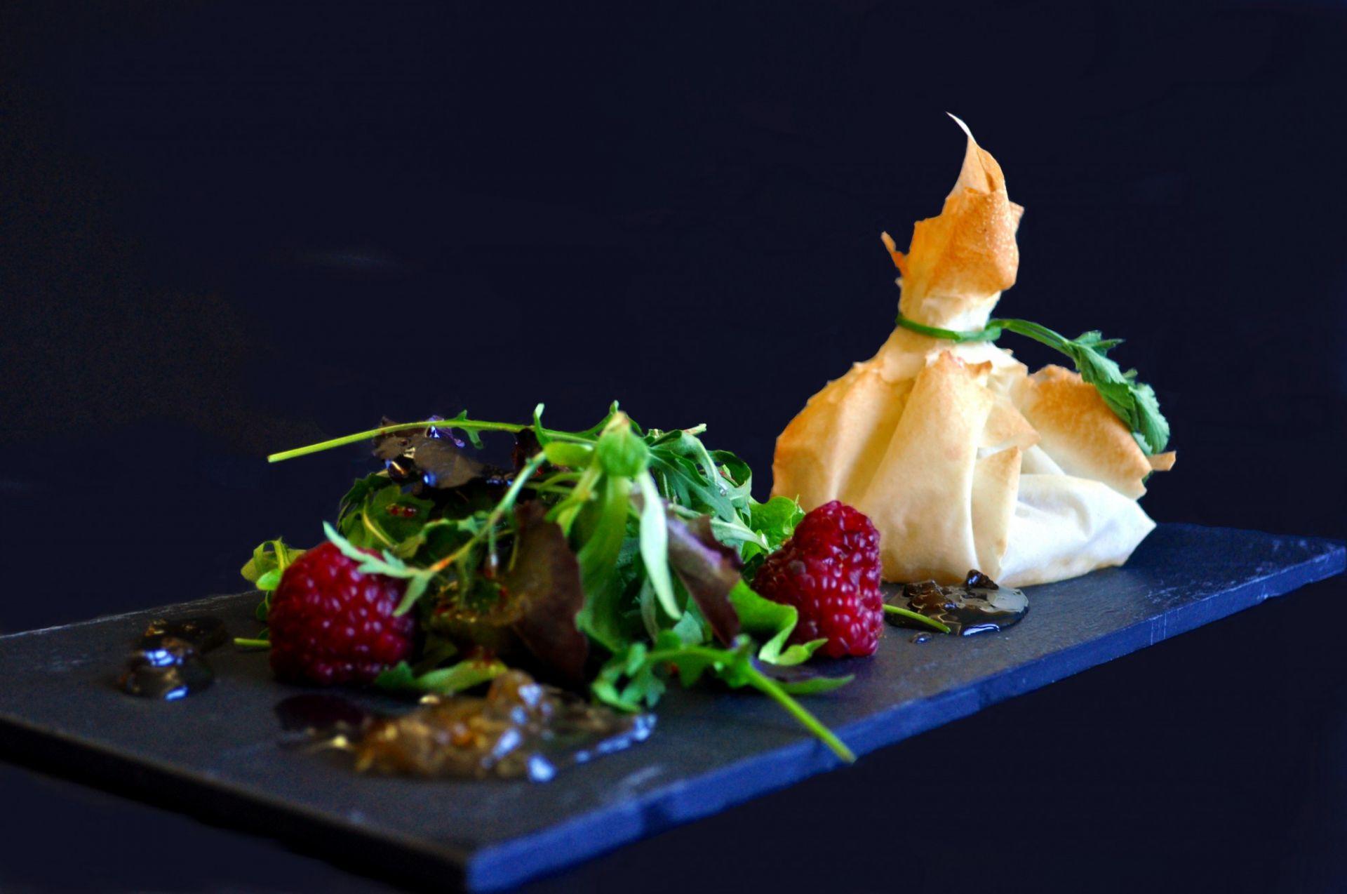 Farcell de formatge de cabra amb melmelada de ceba i bolets de la Fageda