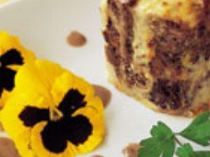 Lassanya de patata de la Vall de Bas amb civet de senglar i crema d'alls tendres